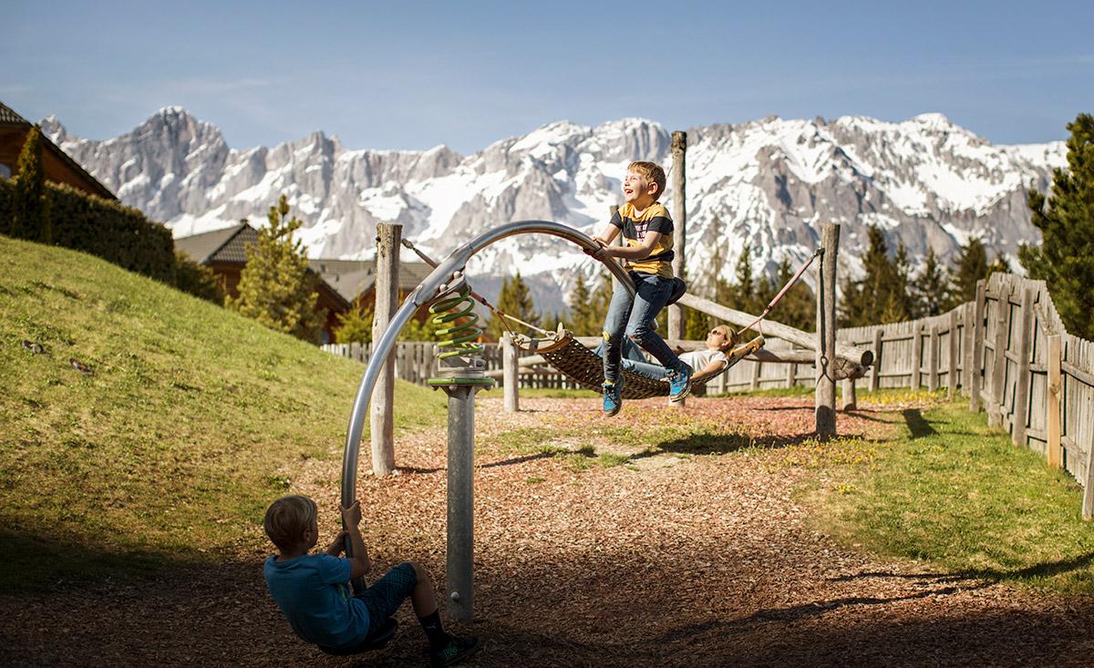 Altalena per bambini di fronte a Dachstein
